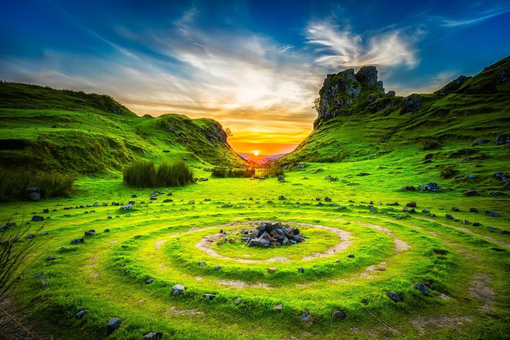 Um die Landschaft der Isle of Skye ranken sich viele Legenden - Image by David Mark from Pixabay