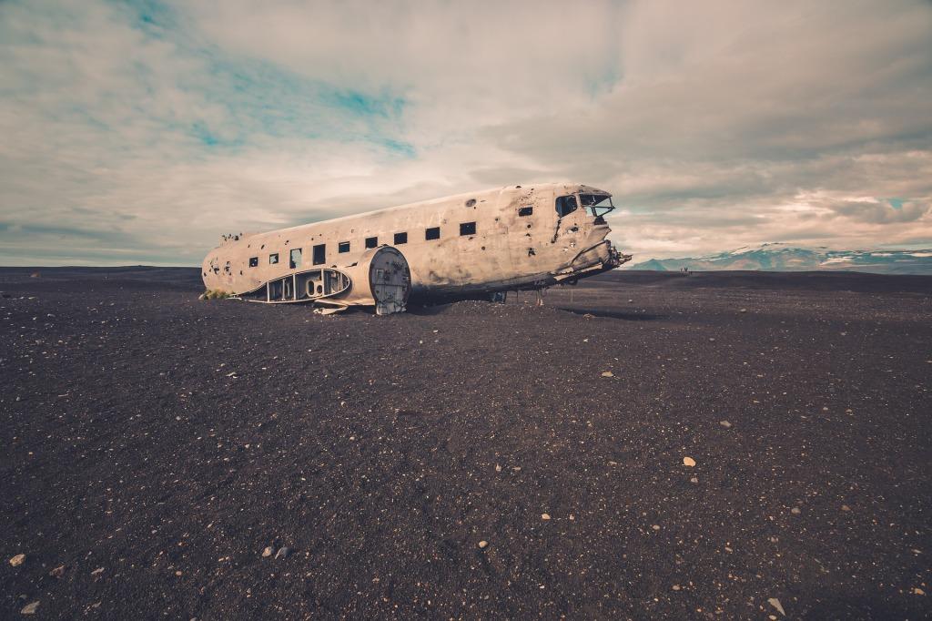 Viele Orte, die im Roman vorkommen, gibt es wirklich - zum Beispiel das Flugzeugwrack am schwarzen Strand. (Image by Pexels from Pixabay)