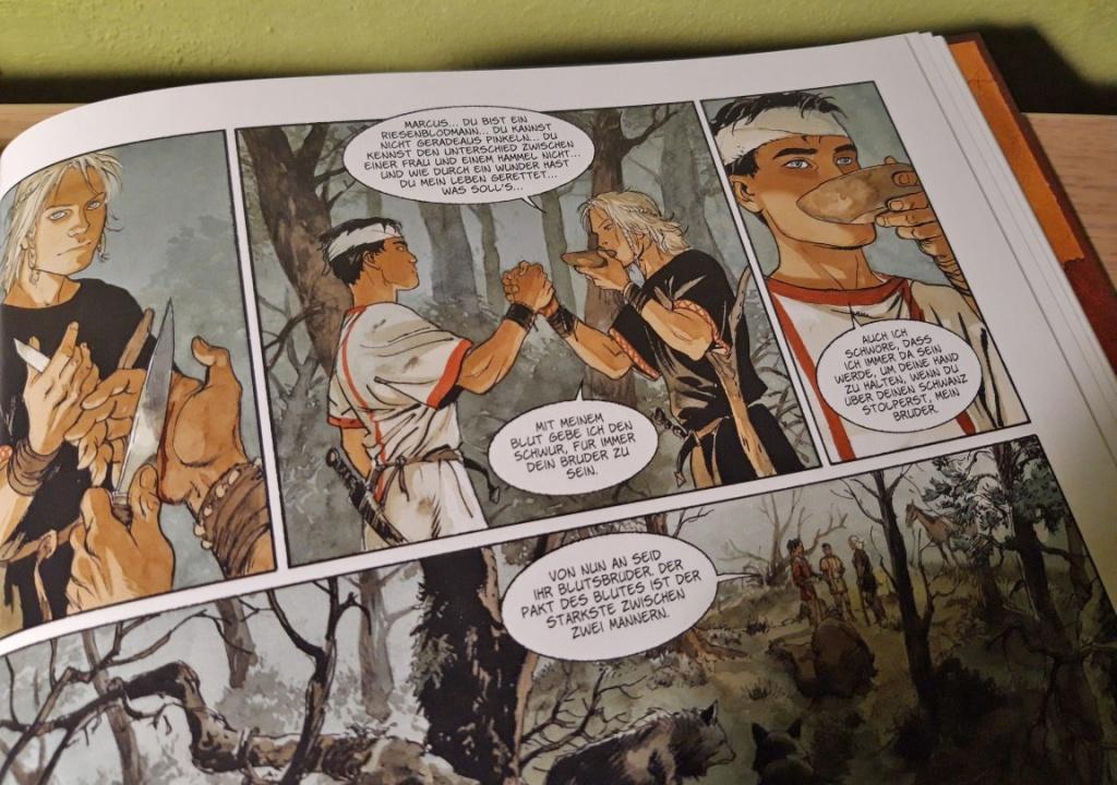 """Szene aus dem Comic """"Die Adler Roms"""" von Marini: Die beiden Streithähne Arminius und Marcus schließen auf recht amüsante Weise Blutsbruderschaft."""