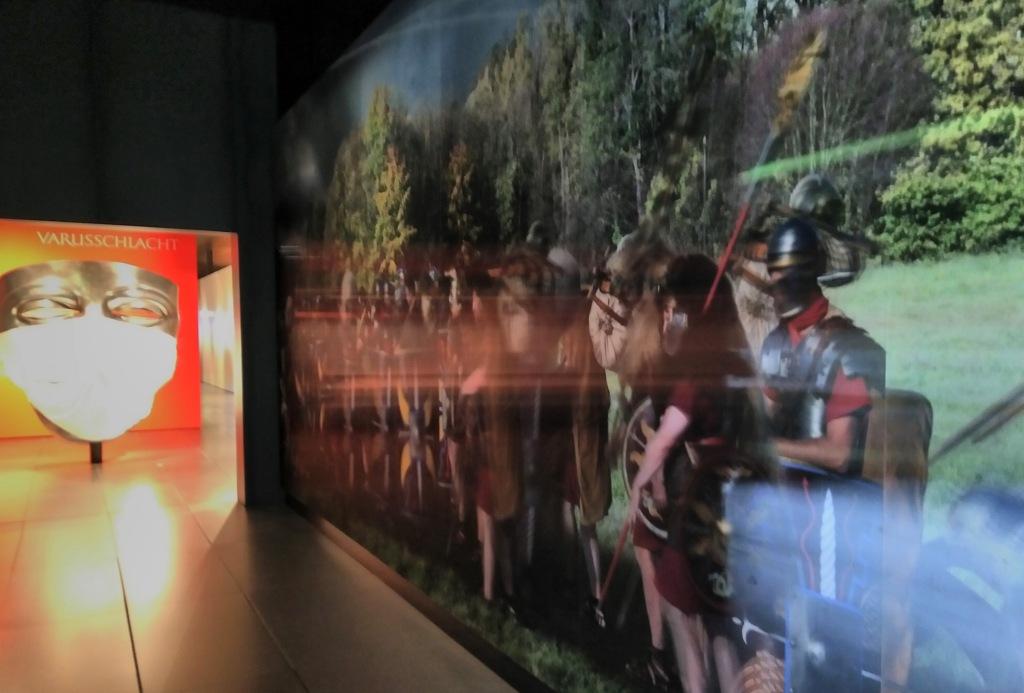 Das Foto entstand bei einem Museumsbesuch im Sommer 2020 im Varusschlacht-Museum in Kalkriese, einer der Orte, wo die Schlacht sich möglicherweise zugetragen haben könnte.