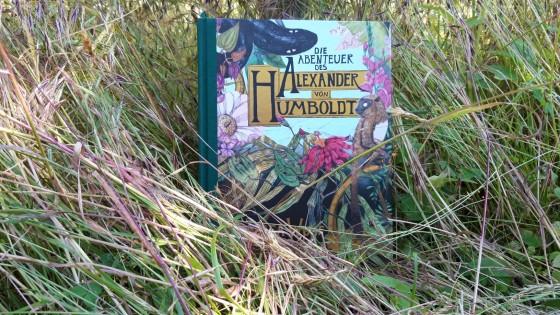"""Cover """"Die Abenteuer des Alexander von Humboldt"""" im Gras"""