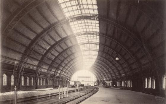 eitragsbild zeigt übrigens ein Bild des Bahnhofs Friedrichstaße von Wilhelm Hermes aus dem ausgehenden 19. Jahrhundert aus der Sammlung des Tekniska Museet.