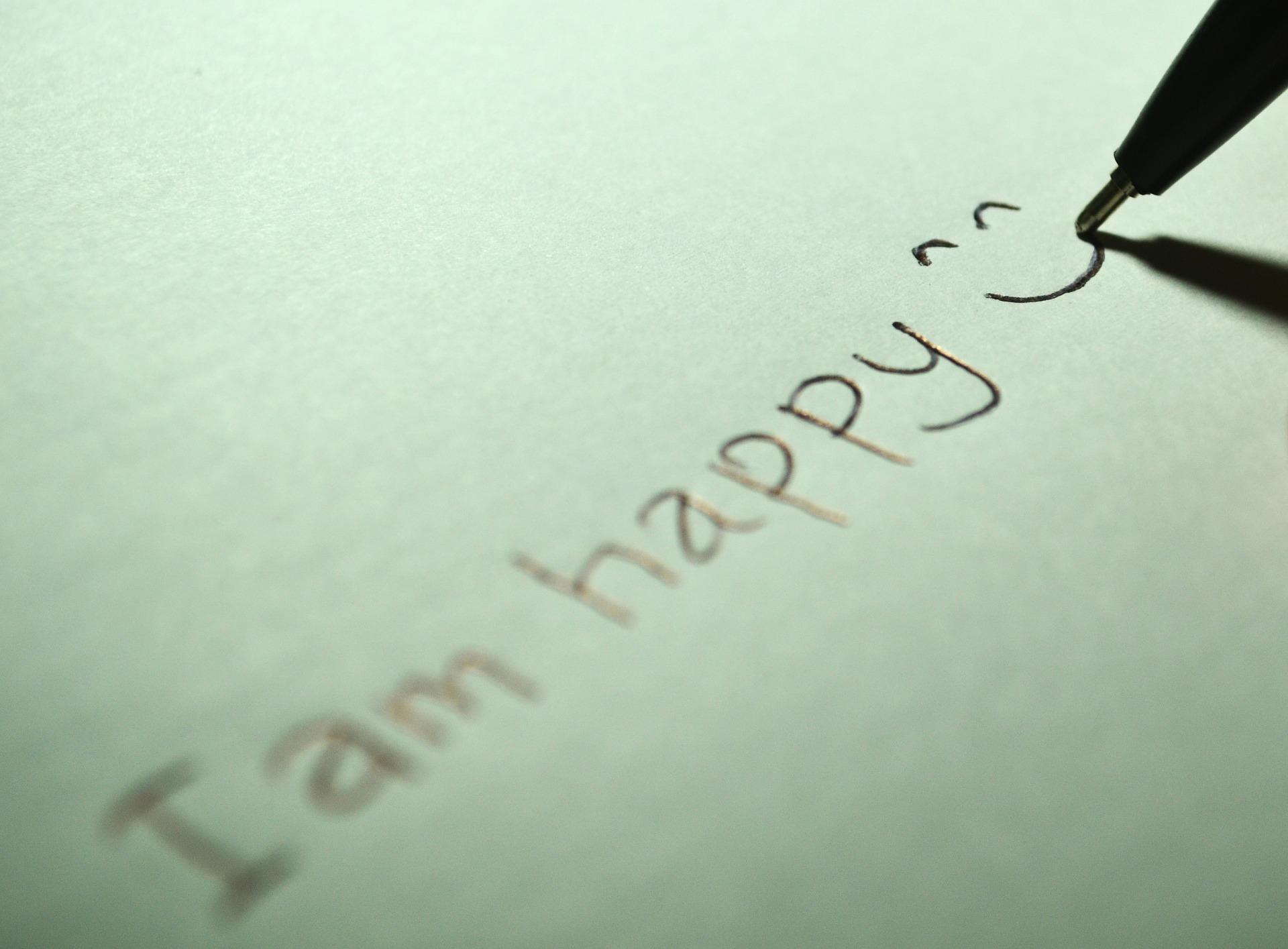Text handschriftlich: I am happy :-) (Bild von Fathromi Ramdlon auf Pixabay )