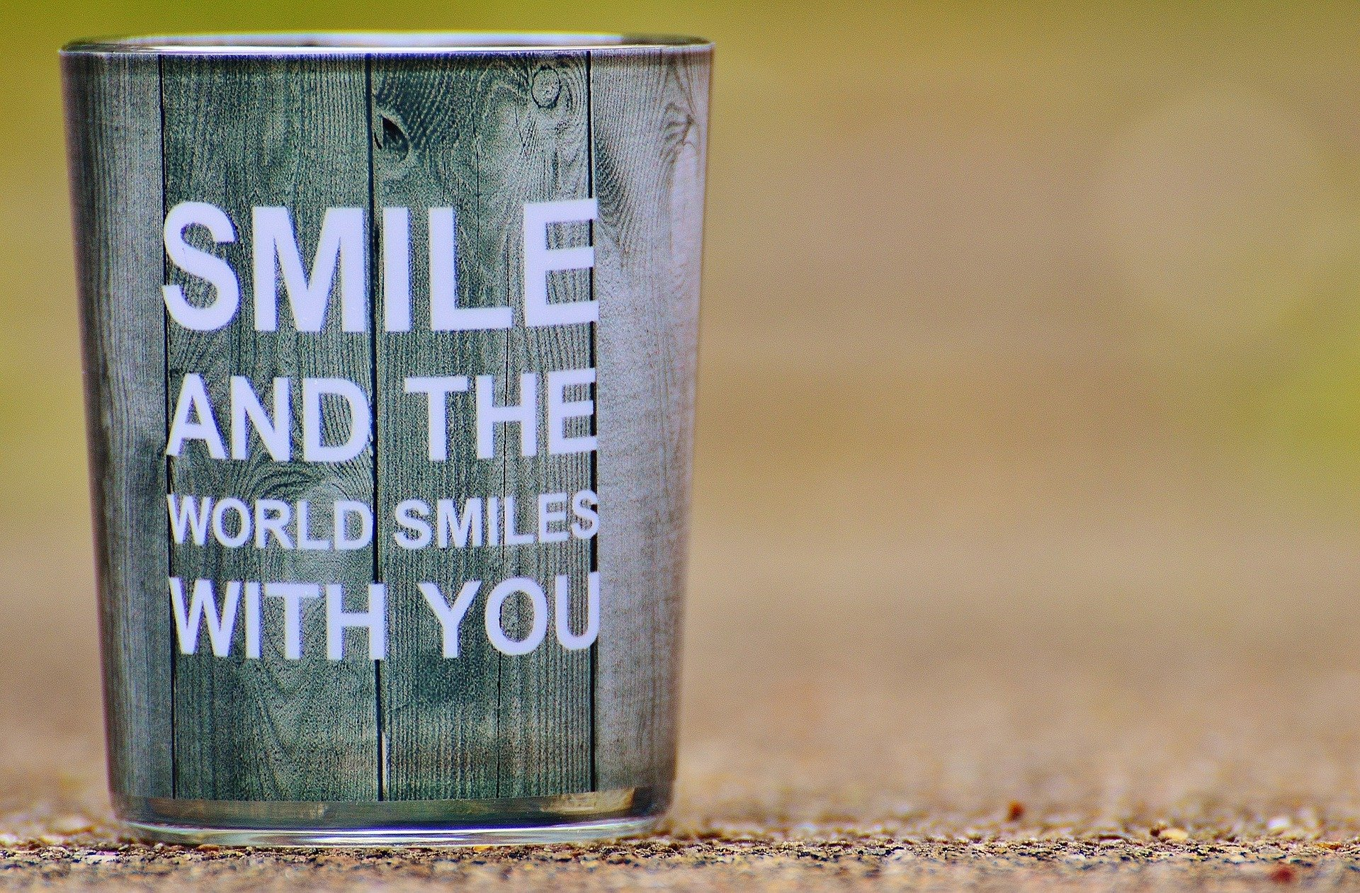 """Tasse mit Botschaft """"Smile and the world smiles with you"""""""