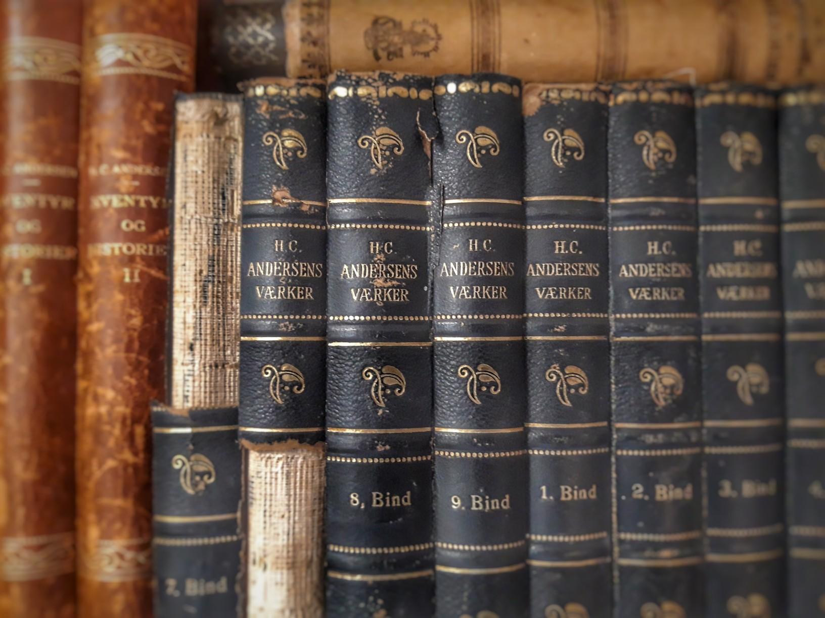 Bücherregal mit originalsprachlichen antiquarischen Ausgaben von Hans Christian Andersens Werken