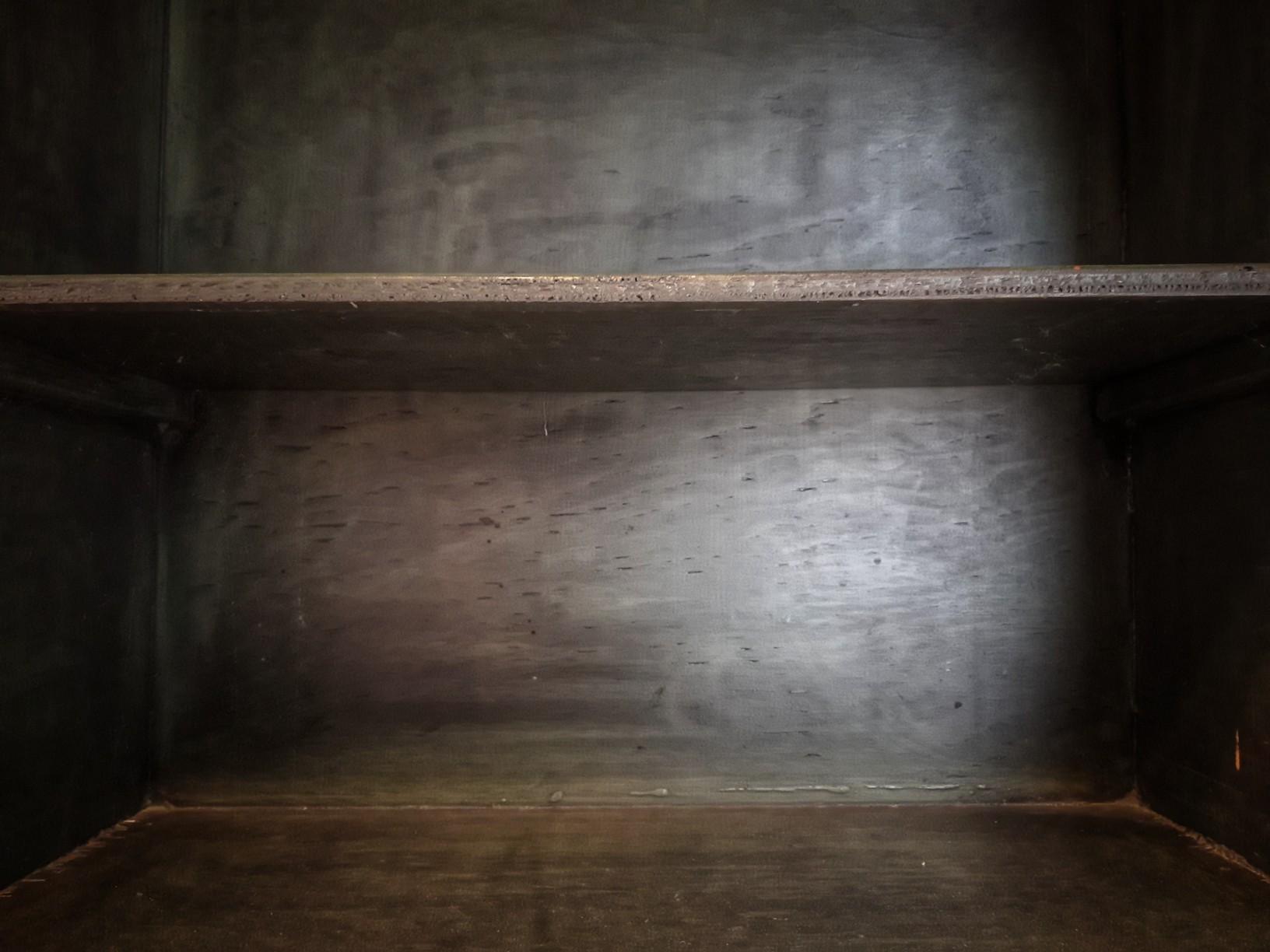 Leeres Bücherregal aus dunklem Holz mit zwei Etagen
