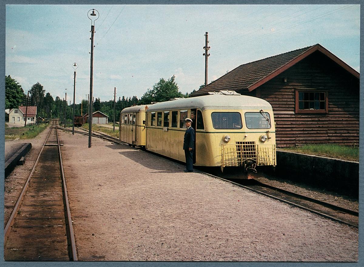 Ein Zug hält an einem leeren schwedischen Bahnhof auf dem Land, Bild: Järnvägsmuseet, Public Domain